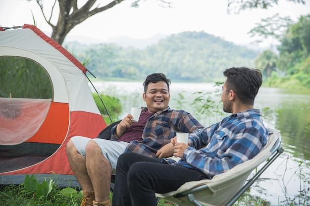 Camping au bord d'un lac avec des amis