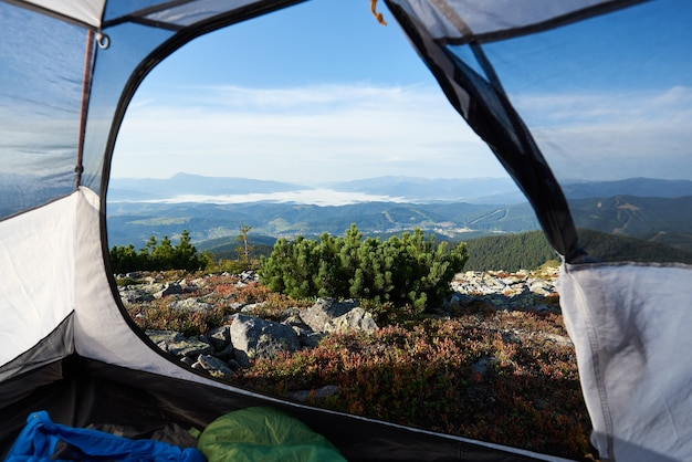 Camping au sommet de la montagne le matin