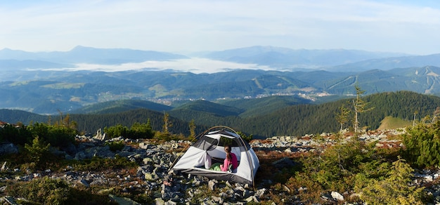 Camping au sommet de la montagne par beau matin d'été