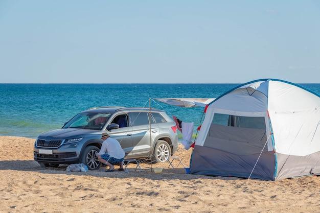 Camping en bord de mer sur une plage de sable. activités extérieures.
