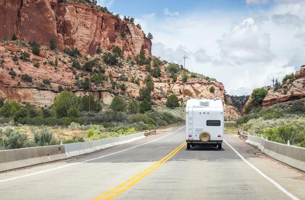 Camping-car dans le paysage désertique