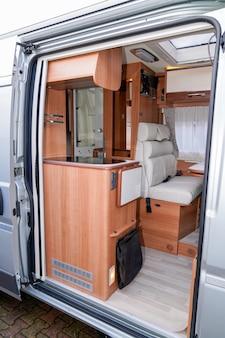 Camping-car moderne par un revendeur professionnel rv vanlife