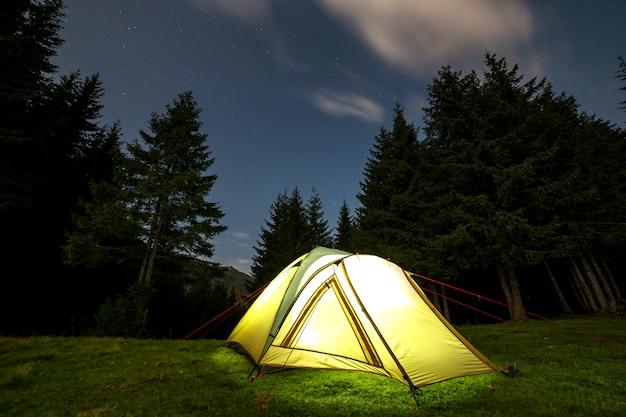 Camping d'été la nuit.