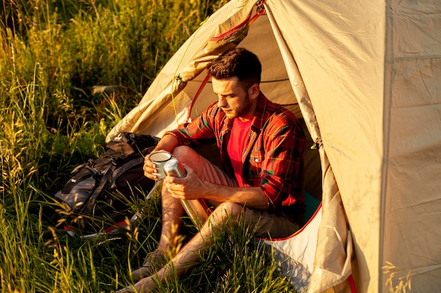 Camping homme grand angle