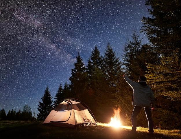 Camping de nuit en montagne sous ciel étoilé et voie lactée
