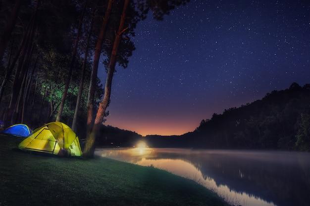 Camping à pang ung avec fond d'étoile et de lever de soleil