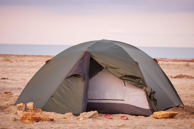 Camping sur la plage au coucher du soleil