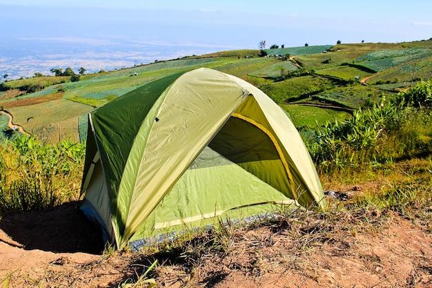 Camping Tente Dans Les Montagnes. Photo Premium