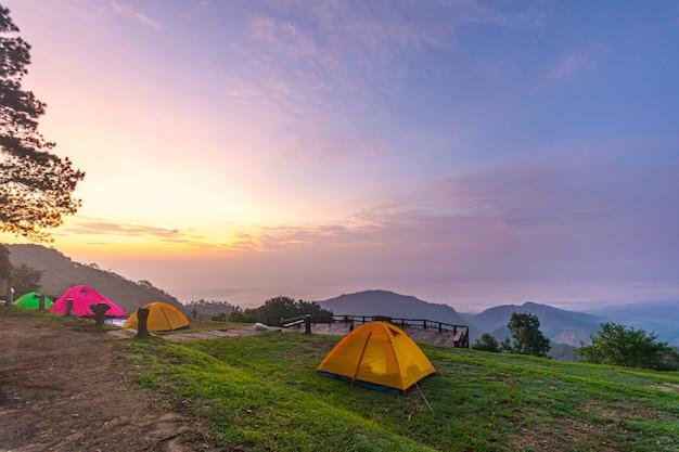 Camping tente orange dans le parc national du nord, en thaïlande.