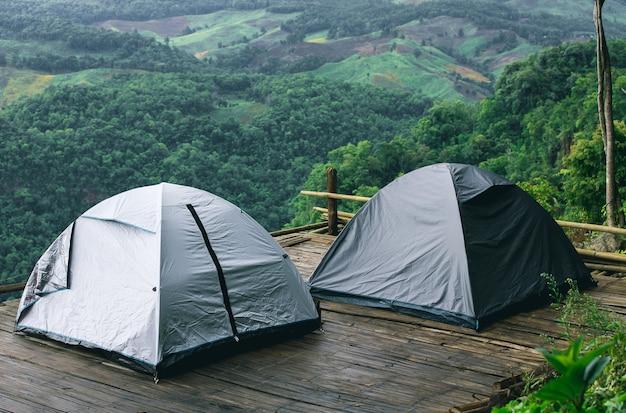 Camping tente touristique en montagne