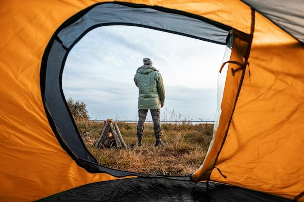 Camping vue depuis la tente sur la nature et l'homme. voyages, tourisme, camping.