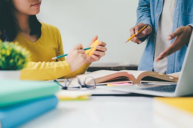 Le campus des jeunes étudiants aide un ami à rattraper son retard et à apprendre.