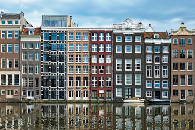 Canal d'amsterdam damrak avec maisons, pays-bas
