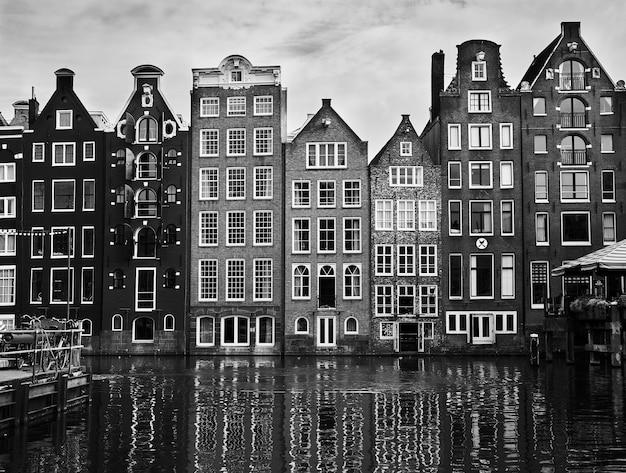 Canal d'amsterdam avec maisons hollandaises