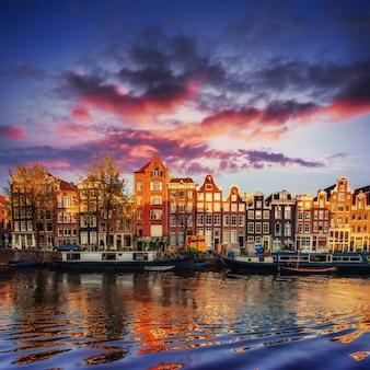 Canal d'amsterdam à l'ouest. capitale et plus densément peuplée