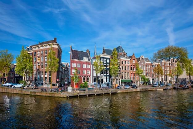 Canal d'amsterdam, pont et maisons médiévales