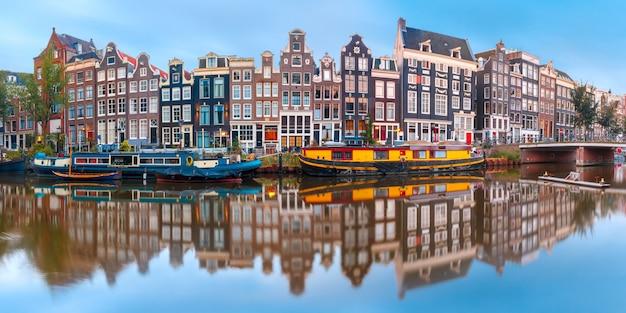 Canal d'amsterdam singel avec maisons hollandaises