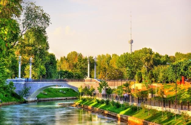 Canal d'ancrage avec tour de télévision en arrière-plan à tachkent en ouzbékistan