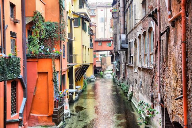 Canal dans la vieille ville de bologne, italie