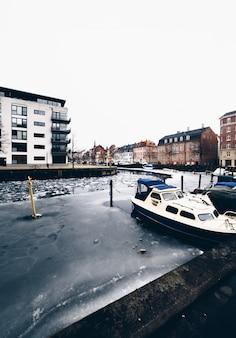 Canal gelé avec des bâtiments et des bateaux à copenhague