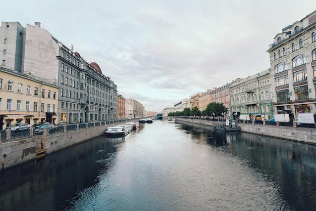 Un canal pittoresque à saint-pétersbourg, russie