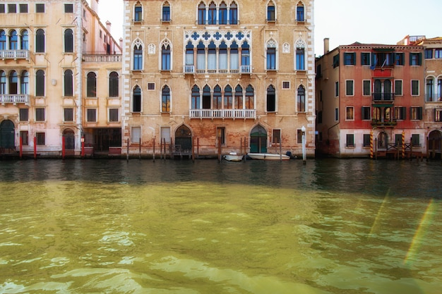 Canal à venise, italie avec de belles maisons traditionnelles colorées