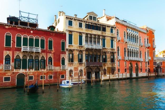 Canal à venise italie avec de belles maisons