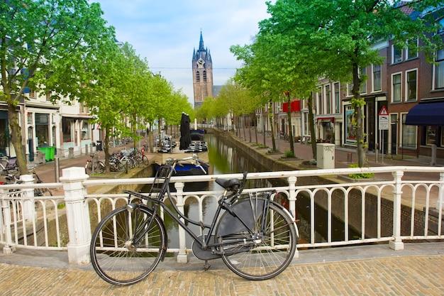 Canal et vieille église tombant tour de delft, hollande