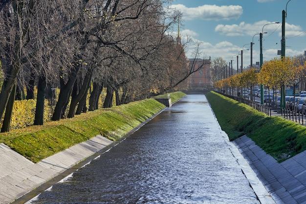 Canal de la ville près du jardin d'été à l'automne par une journée ensoleillée. russie, paysage urbain de saint-pétersbourg