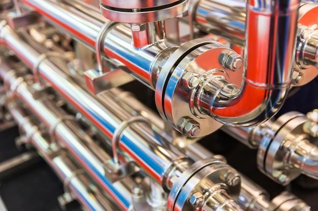 Canalisation d'eau en acier, raccords métalliques, gros plan.