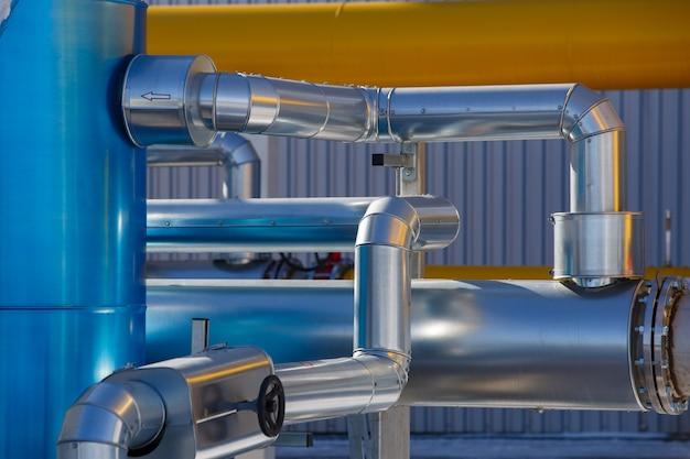 Des canalisations en acier et en melat dans une usine industrielle. équipements et appareils de la compagnie de gaz. système de gazoduc