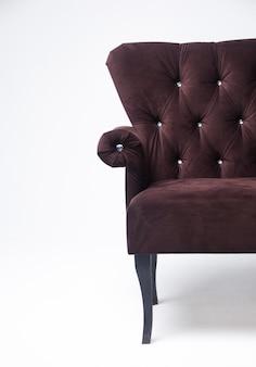 Canapé ancien sur fond de stuc ancien canapé classique en velours sur fond clair