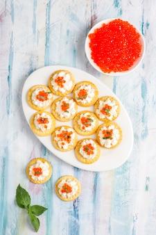 Canape au caviar rouge pour la fête.