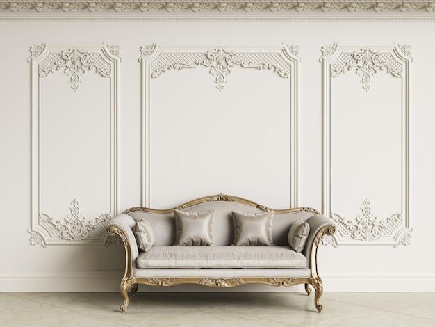 Canapé baroque classique dans un intérieur classique. murs avec moulures et corniche décorée. sol en marbre. rendu 3d