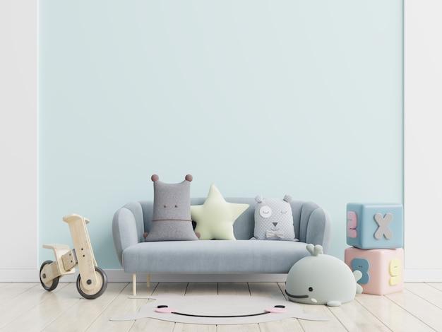 Canapé bleu et poupée, oreillers mignons dans une chambre d'enfant élégante avec mur de maquette.