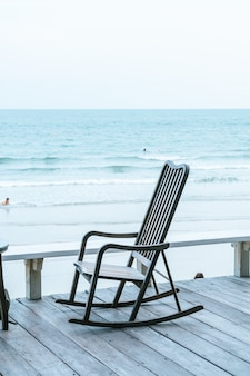 Canapé chaise de plage vide avec vue sur la mer