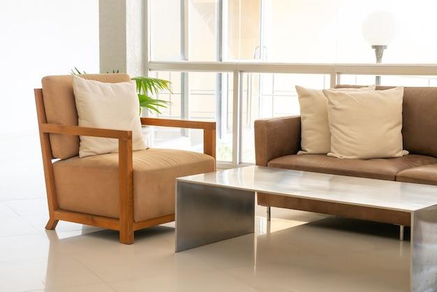 Canapé et chaise vide avec décoration d'oreillers dans une pièce