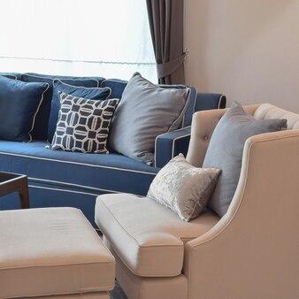 Canapé classique beige et coussins bleus dans le salon chaleureux