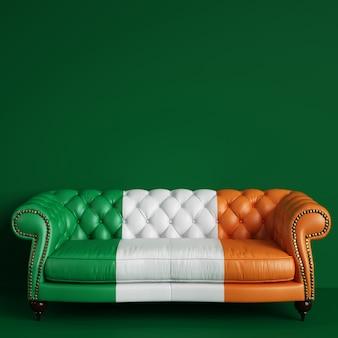 Canapé classique en cuir capitonné de couleur du drapeau irlandais sur mur vert avec espace copie. rendu 3d