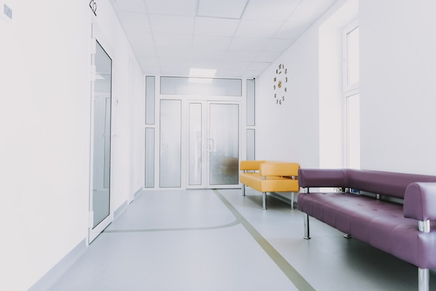 Canapé de couloir d'ameublement pour salle d'urgence vide.