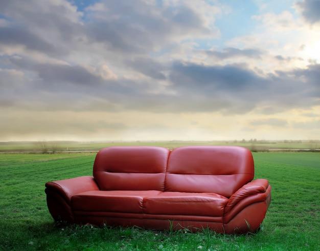 Canapé en cuir rouge dans la nature