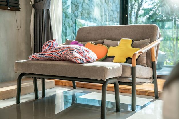 Canapé dans la chambre avec poupée et lumière, espace lumineux
