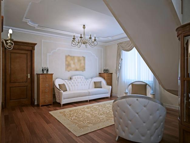 Canapé élégant dans le salon avec moulures aux murs et mobilier classique en bois habillé des deux côtés du canapé.