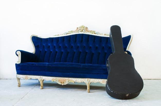 Canapé fauteuil et étui à guitare