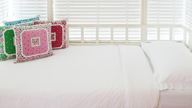 Canapé à la fenêtre se transformant en un lit douillet dans la chambre