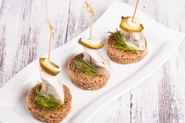 Canapé De Hareng Avec Oignon, Concombre Mariné Et Aneth Photo Premium