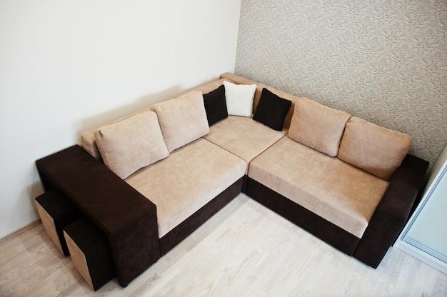 Canapé-lit d'angle café bicolore dans une chambre lumineuse