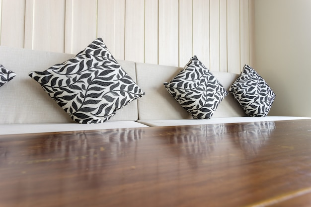Canapé avec des oreillers. aussi visible est une table.