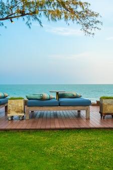 Canapé de plage vide avec vue sur la mer