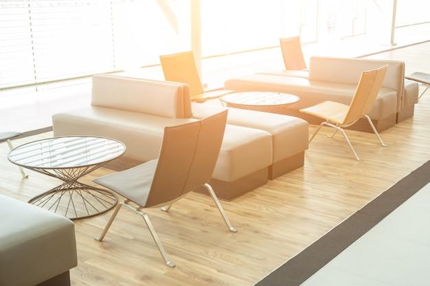 Canapé et salle d'attente spacieuse et moderne au bureau